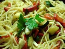 Spaghetti mit Sojasauce, Zucchini, Paprika, Spinat und Pilzen - Rezept - Bild Nr. 3
