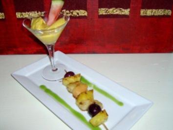 Flambierter Fruchtspieß mit Kiwisosse und Mangoeis - Rezept