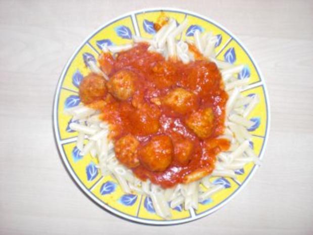 Nudeln in Tomatensauce mit Hackbällchen - Rezept
