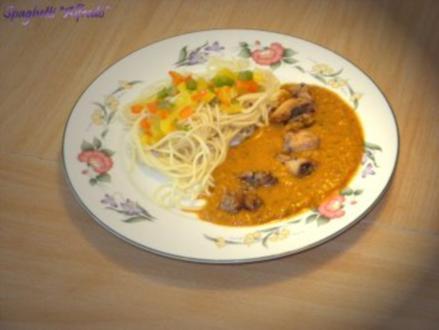 """Spaghetti """"Alfredo"""" mit Hähnchenbrustfilet in Italienische Tomaten-Kräutersoße - Rezept"""