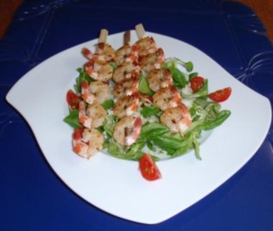 Feldsalat mit Garnelenspieße - Rezept
