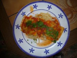 Gemüsemaultaschen auf Bandnudeln mit Tomatensauce - Rezept
