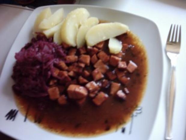 Wurstgulasch mit Rotkohl und Salzkartoffeln  - für das ganz schnelle Mittagsmahl - Rezept - Bild Nr. 5