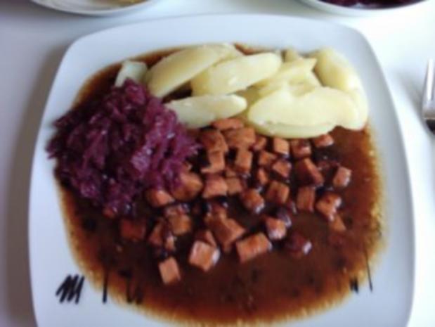 Wurstgulasch mit Rotkohl und Salzkartoffeln  - für das ganz schnelle Mittagsmahl - Rezept - Bild Nr. 6