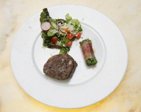 Rosmarin-Filetsteaks mit Kenia-Bohnen in Seranoschinken - Rezept