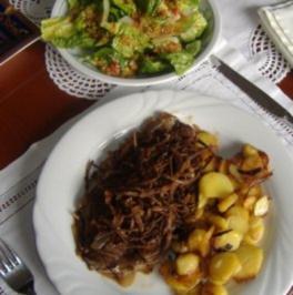 Rezept: Wiener Zwiebelrostbraten mit Bratkartoffeln und gem.Salat