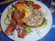 Krabbenbrot mit Spiegelei, Speck und Salat - Rezept