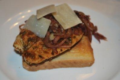 """Puten-Sandwich """"Porchetta"""" mit Balsamico-Zwiebeln - Rezept"""