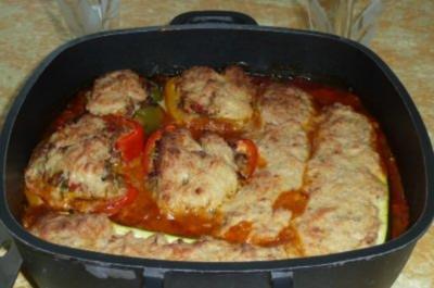 Gemüse: Gefüllte Paprika und Zucchini auf Tomatensoße - Rezept