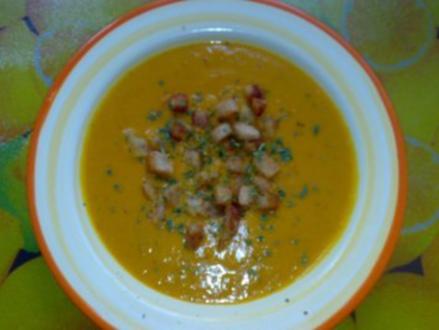 Cremige Kürbissuppe mit Knoblauch-Croûtons - Rezept