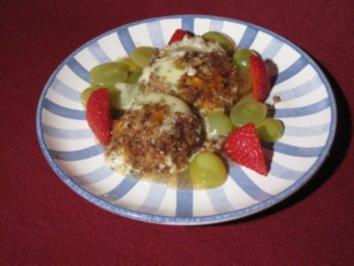 In Vollkornbrot gebackener Bärlauch-Bio-Käse auf Vanille-Balsamico-Trauben - Rezept