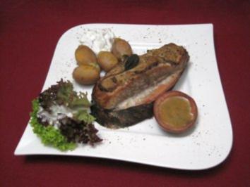 Gesmokertes Lachsfilet auf einer Kirschholzplanke mit Nordseekrabben-Farce - Rezept