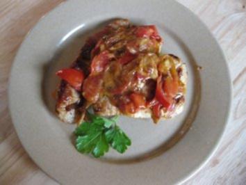 Putenschnitzel mit einem Häubchen aus Zwiebeln,Tomaten und Käse.. - Rezept