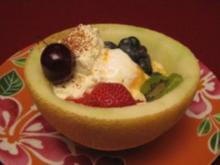 Melone gefüllt mit Sommerfrüchten, Eis und Zimtsahne - Rezept