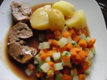 Schwein : Filettöpfchen mit Möhren und Kohlrabi, serviert mit Kartoffeln - Rezept