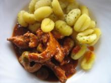 Putenstreifen in Tomaten-Oliven-Soße an Gnocchi - Rezept