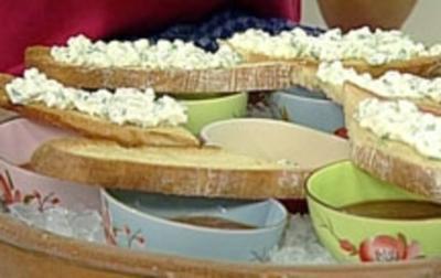 Wassermelonen-Kaltschale mit Hüttenkäse-Crostini - Rezept