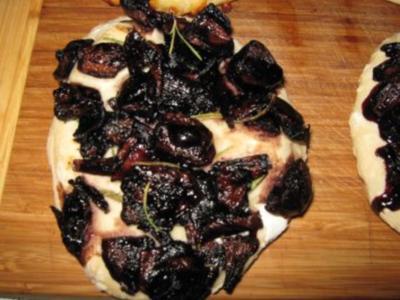 Focaccia mit Rotwein-Balsamico-Schalotten - Rezept