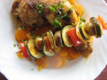 Hähnchenschenkel mit Gemüsespießen auf Karottenbeet - Rezept