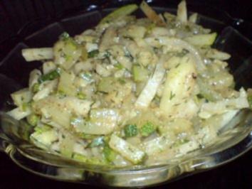 Zucchini-Kohlrabi-Salat zu Klopse und Salzkartoffeln - Rezept