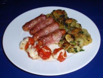 Würstchen im Speckmantel mit Bratkartoffeln und Grilltomaten - Rezept
