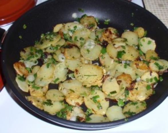 Würstchen im Speckmantel mit Bratkartoffeln und Grilltomaten - Rezept - Bild Nr. 3