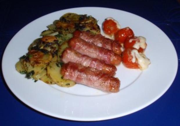 Würstchen im Speckmantel mit Bratkartoffeln und Grilltomaten - Rezept - Bild Nr. 5