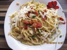 Spagetti Aglio e Olio mit Pinienkernen und getrockneten Tomaten - Rezept