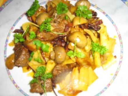 Gebratene Nudeln mit Champignons und Rindfleischstücken - Rezept