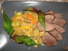 Rindersteak auf gelbem  Glasnudel-Gemüse-Curry - Rezept