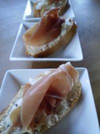 Erdnuss- Frischkäsecreme mit Datteln und Proscuito - Rezept