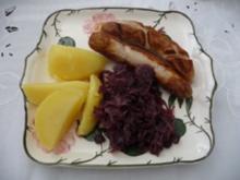 Hauptgerichte - Kalbsbratwürste mit Rotkohl und Salzkartoffeln - Rezept