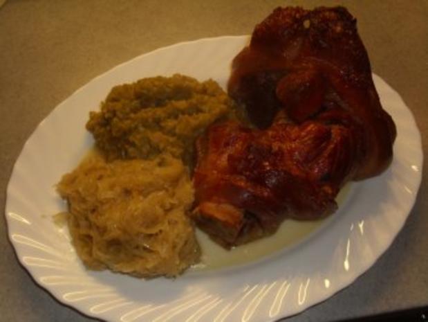 Fleischgerichte: Schweinshaxe mit Erbspüree und Sauerkraut - Rezept