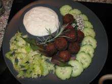 Falafel mit Quarkdipp, Salat und Salatgurke - Rezept