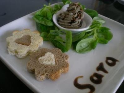 Mousse von der Putenleber trifft sich mit Toastherzen im Feldsalatbett - Rezept