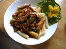 Puten - Paprika Pfanne mit Nudeln.. und Salat - Rezept