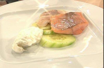 Rezept: Geräucherte Forelle mit frischem Meerrettich und japanischem Gurkensalat à la de Santis