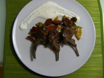 Mediterraner Gemüsesalat mit Lammkoteletts - Rezept