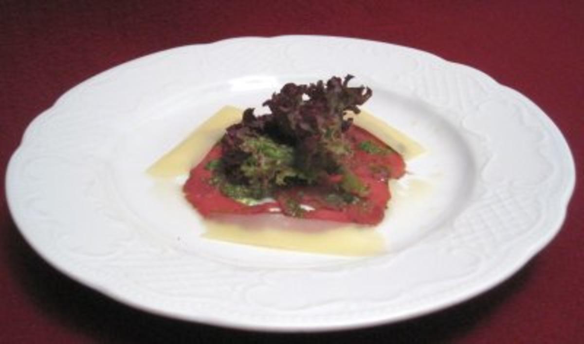 Hirschcarpaccio mit Petersilienpesto an Salat und Bergkäseplättchen - Rezept By Das perfekte Dinner