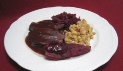Gamsbraten in Rotweinsoße mit Nussspätzle, Apfel-Rotkraut und Preiselbeerbirne - Rezept