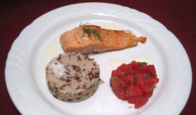 Lachsfilet  mit Wildreis an Tomatensugo und Weinschaum - Rezept