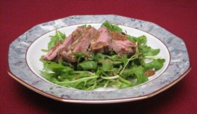Barbarie-Entenbrust auf Rucolasalat mit Honig-Mohn-Senf-Dressing - Rezept