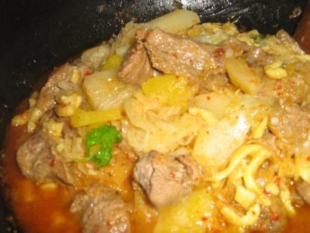 Gulaschpfanne mit Sauerkraut, Spätzle und Gemüse - Rezept - Bild Nr. 4