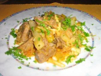 Rezept: Gulaschpfanne mit Sauerkraut, Spätzle und Gemüse