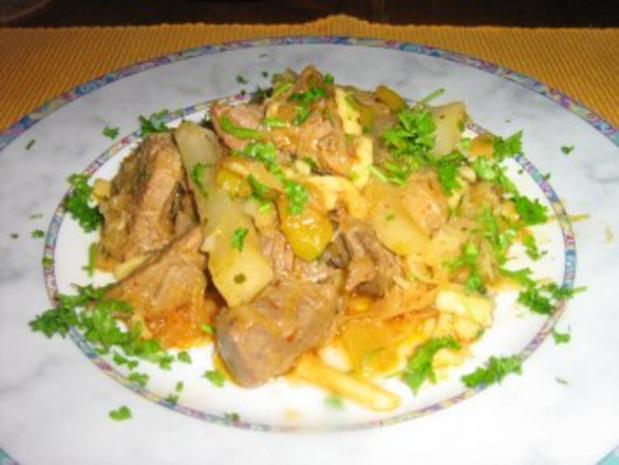 Gulaschpfanne mit Sauerkraut, Spätzle und Gemüse - Rezept