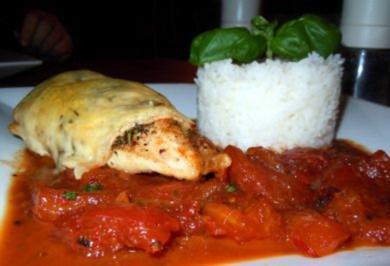 Hähnchenbrust unter Käse-Kräuterdecke auf scharfem Tomatenbett - Rezept