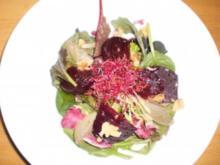 Im Ofen gegarte Rote Beete auf Wildkräutersalat mit Walnussvinaigrette - Rezept