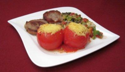 Kalbsschnitzel mit Käsefüllung, überbackener Tomate und Hacksalat - Rezept