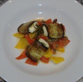 Ziegenkäseröllchen auf süßsaurem Paprikagemüse - Rezept