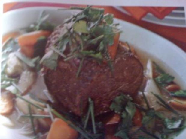Gekochtes Rindfleisch mit Wurzelgemüse und Kräutern - Rezept